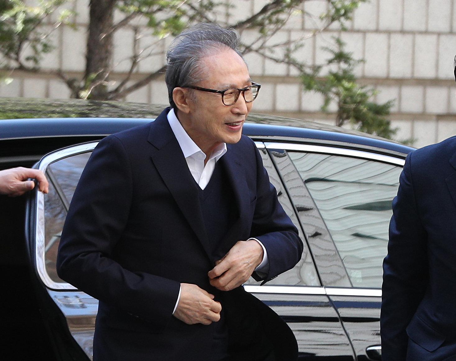 보석 후 첫 재판출석한 이명박이 지지자들의 연호에 미소를