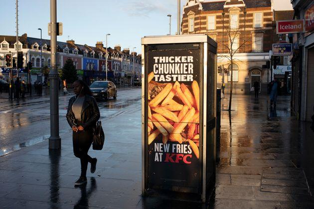 Este anúncio da KFC em Londres mostra que não é preciso assistir à TV para...