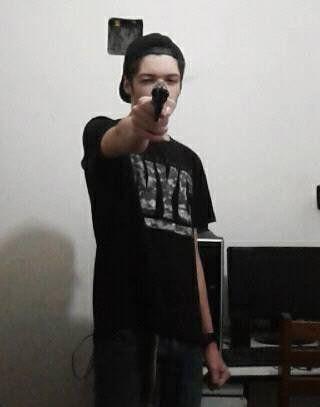 Adolescente segurava arma e apontava para a