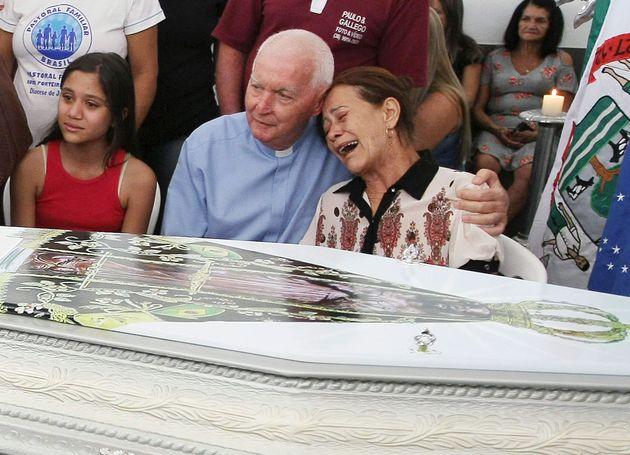 Familiar chora em velório de vítima do massacre em