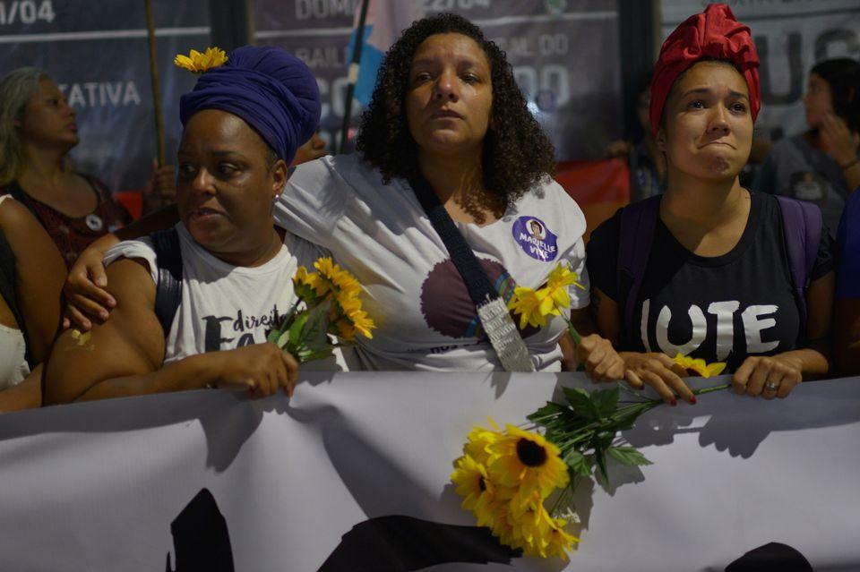 Renata Souza, ao lado de ativistas, em protesto no Rio de
