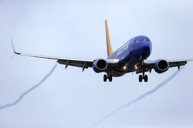13日、米ヒューストンの空港に着陸するボーイング「737MAX8型」の旅客機=AP