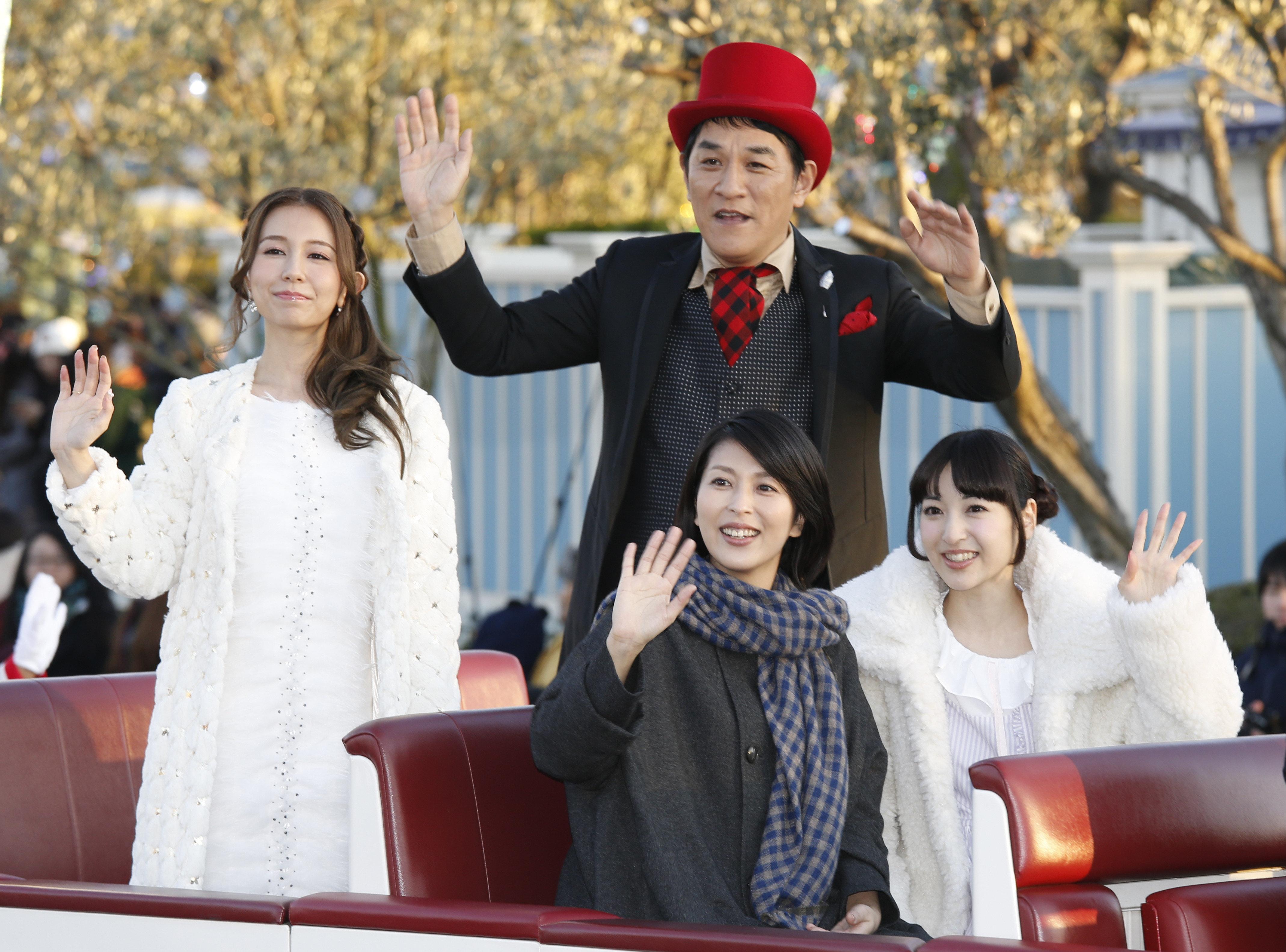 東京ディズニーランドで始まった「アナとエルサのフローズンファンタジー」の初日記念セレモニーに映画「アナと雪の女王」日本語吹き替え版の神田沙也加、松たか子、ピエール瀧とエンドソングを歌ったMay J.がサプライズで登場しパレードした=2015年1月13日、千葉県浦安市