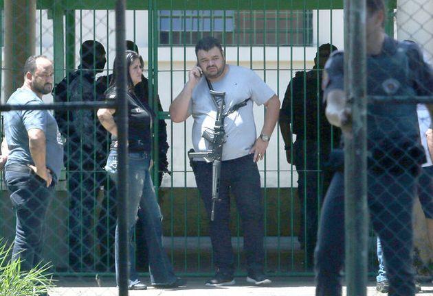 13日、乱射事件が起きたブラジル・サンパウロ郊外のスザノ市にある学校に駆けつけた警察官ら=ロイター