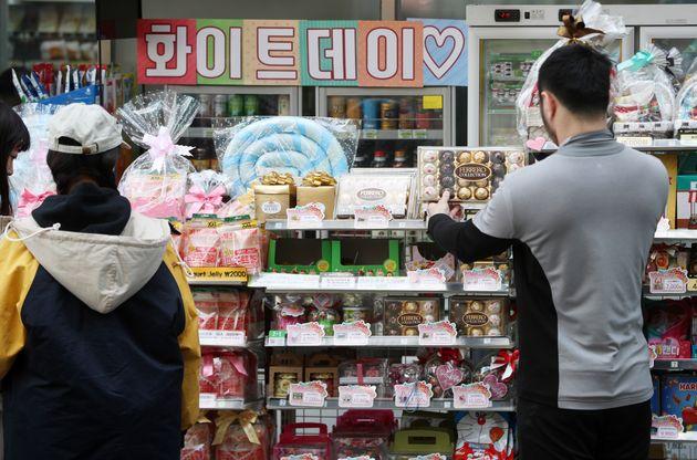화이트데이를 하루 앞둔 13일 오전 서울 중구 명동의 한 편의점에 진열된 사탕과