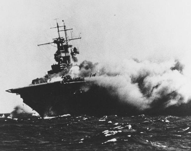 1942年9月15日、魚雷が命中して炎上する空母「ワスプ」