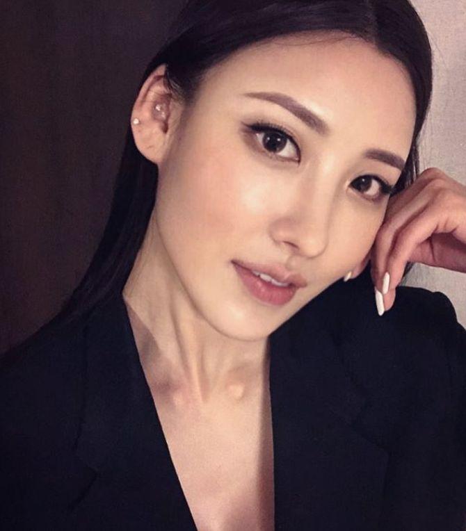 이 사진 속 주인공은 배우 수현이