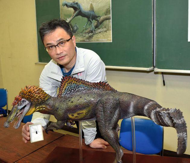 スピノサウルス類の歯の化石を見つけた宇都宮聡さんと、フィギュアメーカー「海洋堂」が制作したフィギュア=2019年3月14日、和歌山県海南市船尾