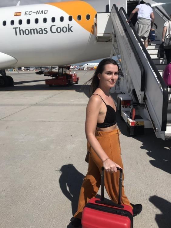 «Σκεπάσου ή κατέβα» - Της είπαν να αποβιβαστεί από το αεροπλάνο εξαιτίας των ρούχων που