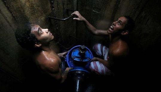 Βενεζουέλα: Πολίτες αναζητούν νερό σε αγωγούς λυμάτων και κάνουν ουρές για λίγες