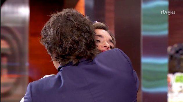 Jordi Cruz abraza a Ona Carbonell en 'MasterChef