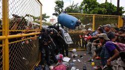 Las fotos de la desesperación: miles de hondureños se enfrentan con la policía al romper la frontera con