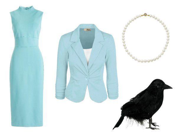 Vestido entallado celeste, americana celeste, collar de perlas y cuervo de