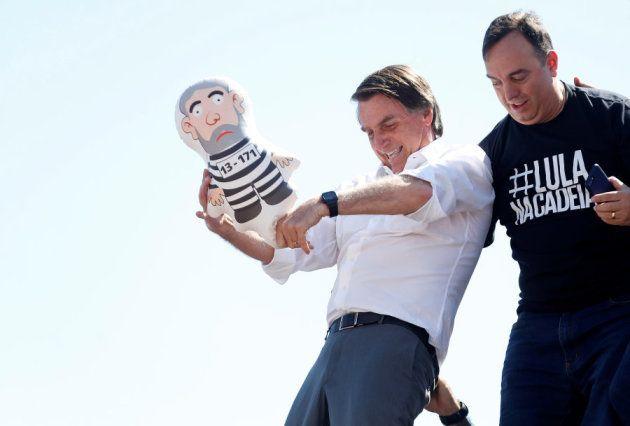 Jair Bolsonaro simula una agresión a un muñeco hinchable que representa al expresidente
