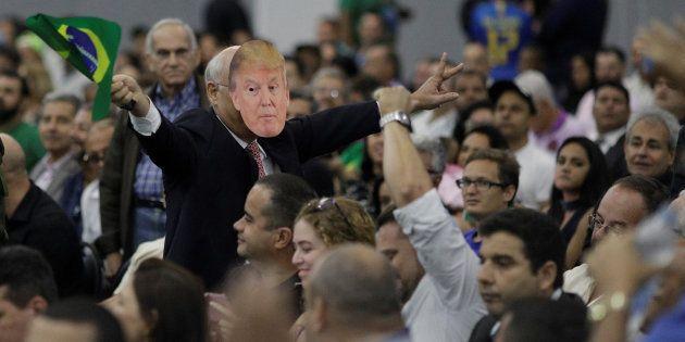Un seguidor de Bolsonaro con una máscara de Donald