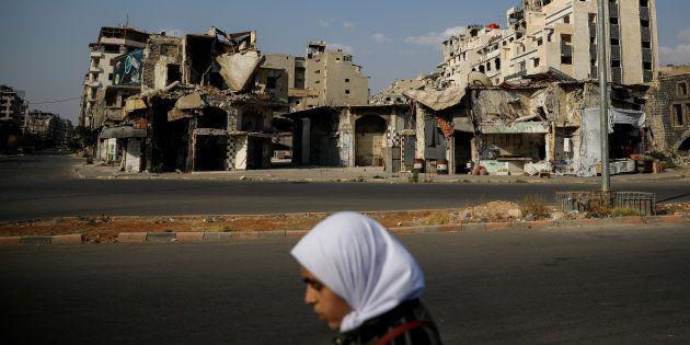 Una mujer camina en la ciudad Siria de