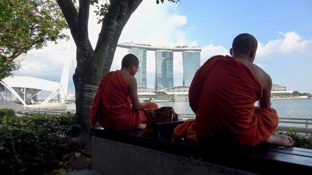 Monjes budistas frente al Marina