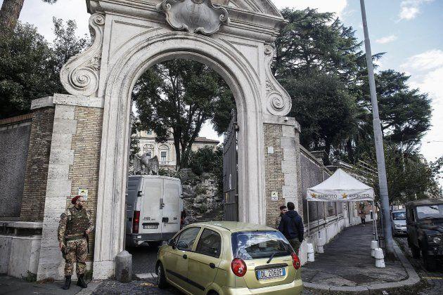 Entrada a la nunciatura de la Santa Sede en