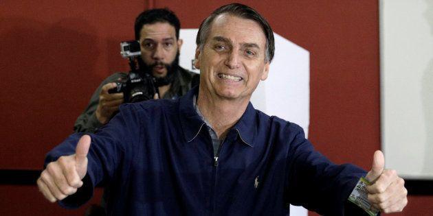 Jair Bolsonaro, tras emitir su voto en la primera vuelta de las elecciones de Brasil, el 7 de