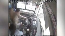 La discusión del conductor de un bus con una pasajera causa 13