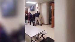 Un profesor media en una pelea entre estudiantes y acaba recibiendo una
