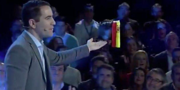 Un dron entrega la bandera de España a Teodoro García Egea, secretario general del