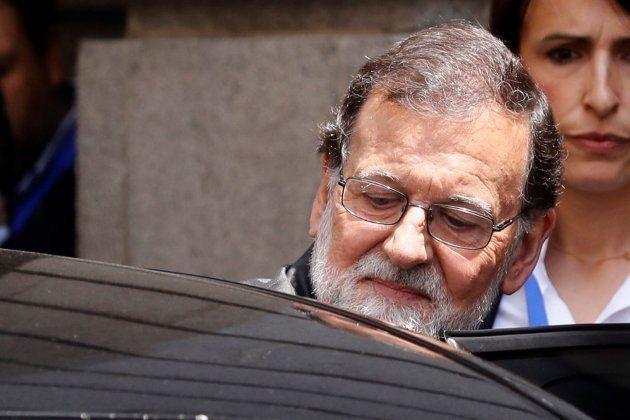 El presidente, Mariano Rajoy, abandona el