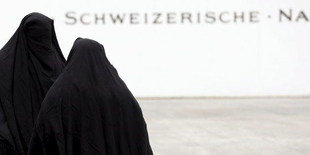 Miembros de una plataforma anti-burka llevan el velo integral en señal de protesta en un acto celebrado...