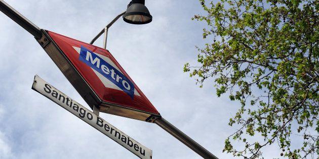 Entrada de la estación de Metro de Santiago Bernabéu, en