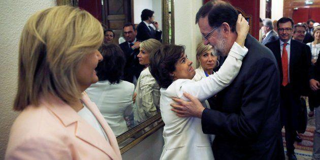 El presidente del Gobierno, Mariano Rajoy, y la vicepresidenta del gobierno Soraya Sáez de Santamaría,...