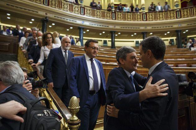 Los diputados del PSOE felicitan a
