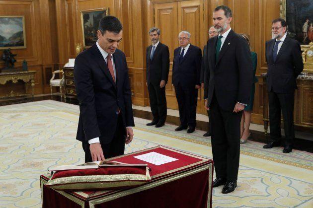 Sánchez promete su cargo de presidente ante el rey sin Biblia ni