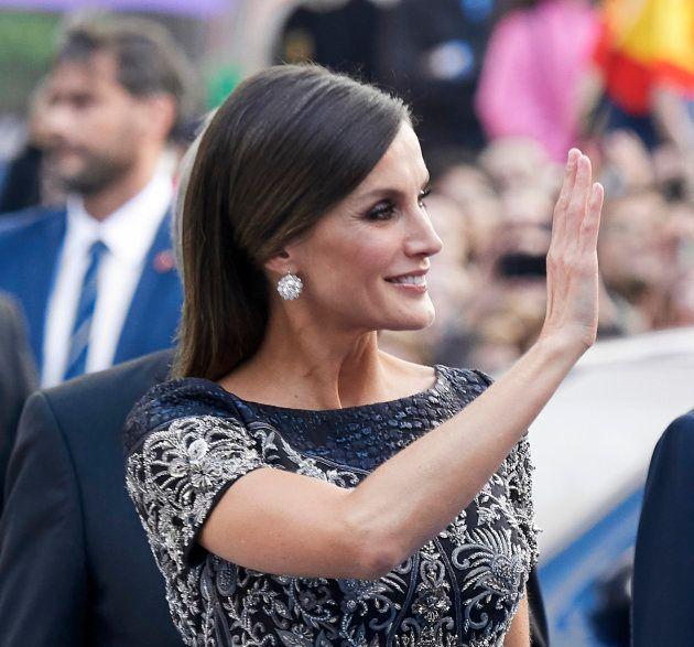 La reina Letizia saluda a la entrada del teatro Campoamor de