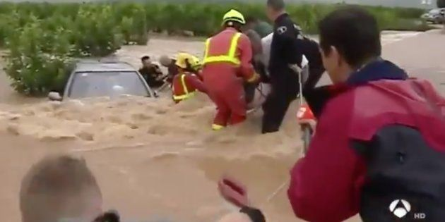 Un reportero de Antena 3 ayuda a rescatar a tres ancianos sorprendidos por una
