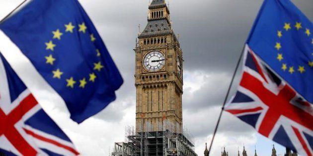 Imagen de archivo con las banderas de la UE y Reino Unido en