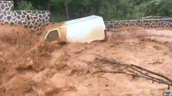 La fuerza de la riada arrastra una furgoneta en