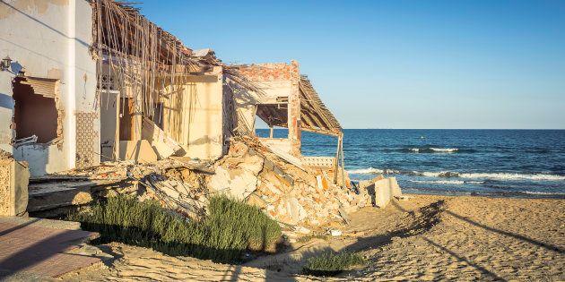 Edificio destruido en una localidad costera española después de una