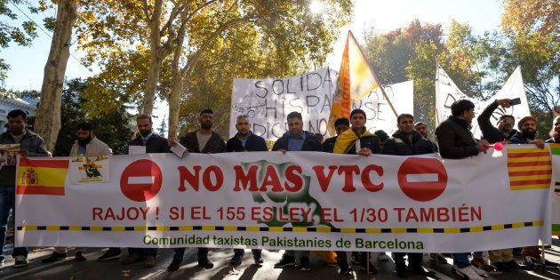 Un grupo de taxistas en una manifestación contra Uber y Cabify en el centro de Madrid en noviembre de