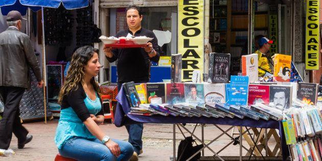 Vendedora en la calle en el centro de Bogotá