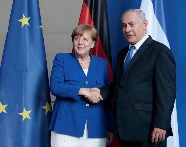 Angela Merkel y Benjamin Netanyahu se dan la mano al inicio de la comparecencia
