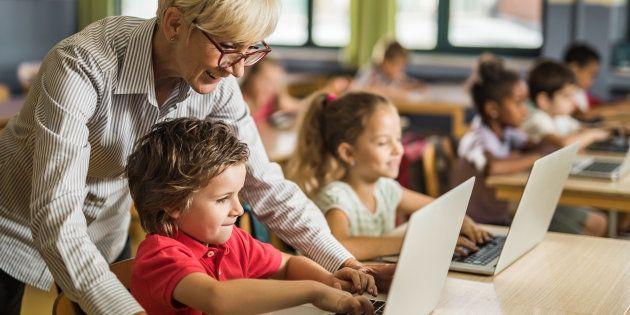 Una profesora con sus alumnos de Primaria, en una imagen de