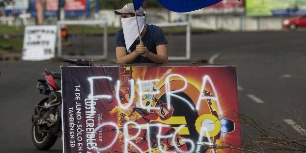 Un joven levanta la bandera de Nicaragua durante una protesta de apoyo a la ciudad de