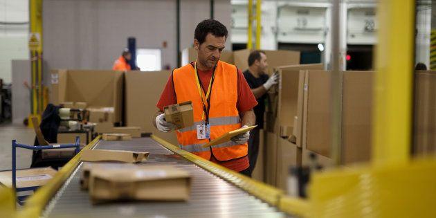 Un empleado de Amazon en el centro logístico de San Fernando de Henares en