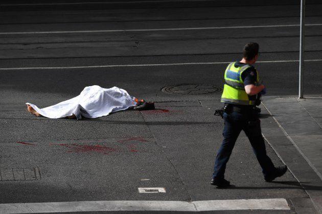 El cuerpo de la víctima mortal del ataque, cubierto en mitad de la