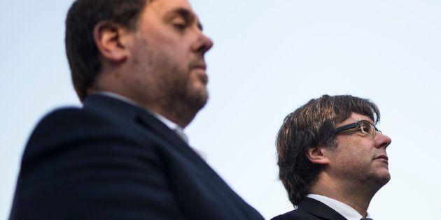 El entonces president Carles Puigdemont y su vicepresidente Oriol Junqueras, en octubre de 2017 ante...