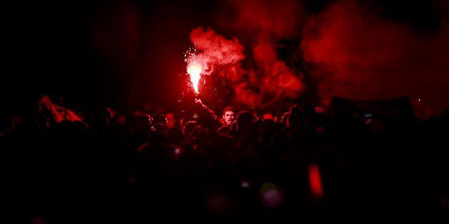 Aficionados encendiendo una bengala antes de un Barça - Atlético de Madrid, en febrero de
