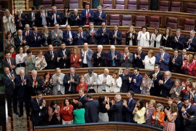 Sánchez, es aplaudido por su grupo parlamentario en el hemiciclo del Congreso, tras ganar la moción de...