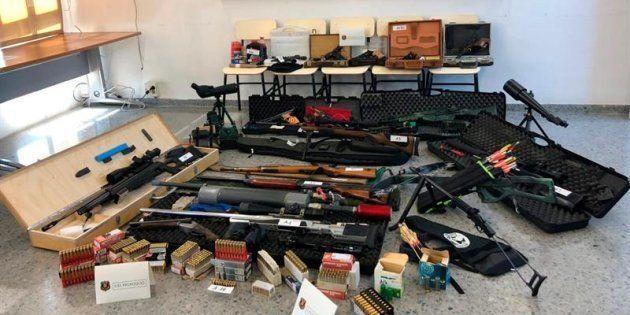 Fotografia facilitada por los Mossos d'Esquadra del material incautado al hombre que pretendía asesinar...