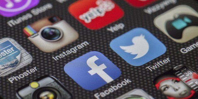 Iconos de diversas redes sociales en un teléfono