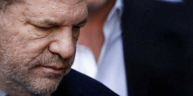 El productor de cine Harvey Weinstein, este martes a la salida de la corte en la que ha declarado, en...